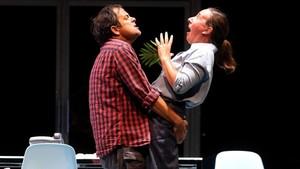 David Bagés y Mònica Glaenzel en una escena de El tràmit.