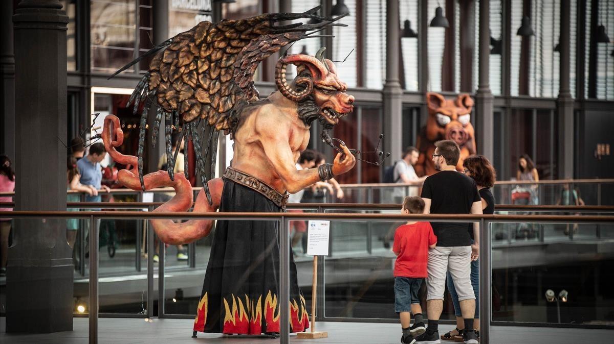 Exposición de figuras del correfoc en el Born Centre Cultural.