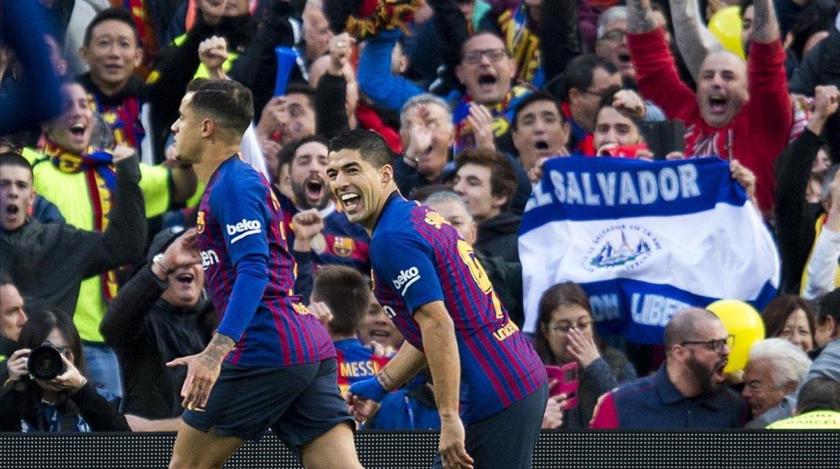 a9e20ed26bf7a Coutinho y Luis Suárez celebran el primer gol azulgrana en el 5-1 del 28