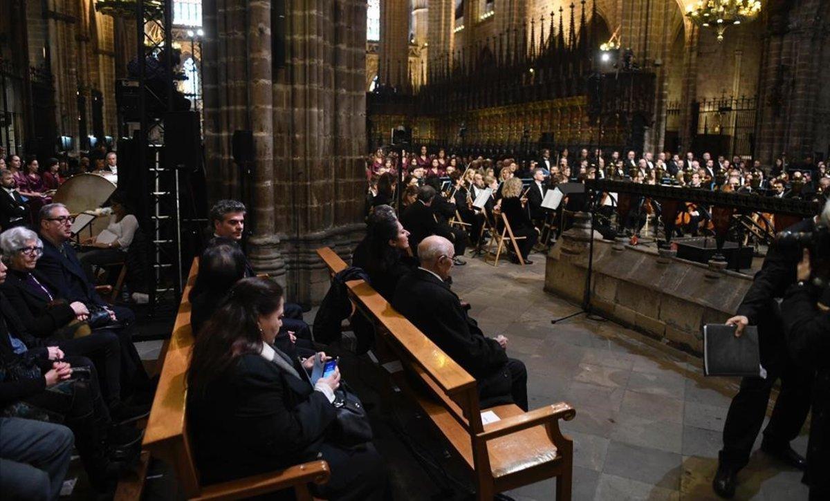 Aspecto de la catedral de Barcelona, poco antes de iniciarseel funeral.