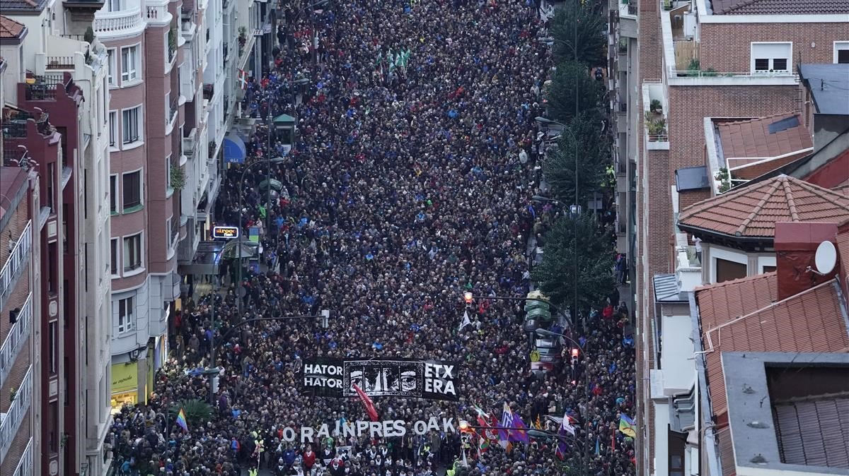 Miles de personas manifestándose en Bilbao contra la política de dispersión de presos de ETA.