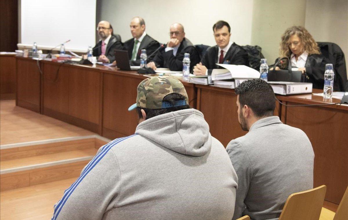 El acusado y su cooperador durante el juicio por el homicidio de dos agentes rurales en Lleida.