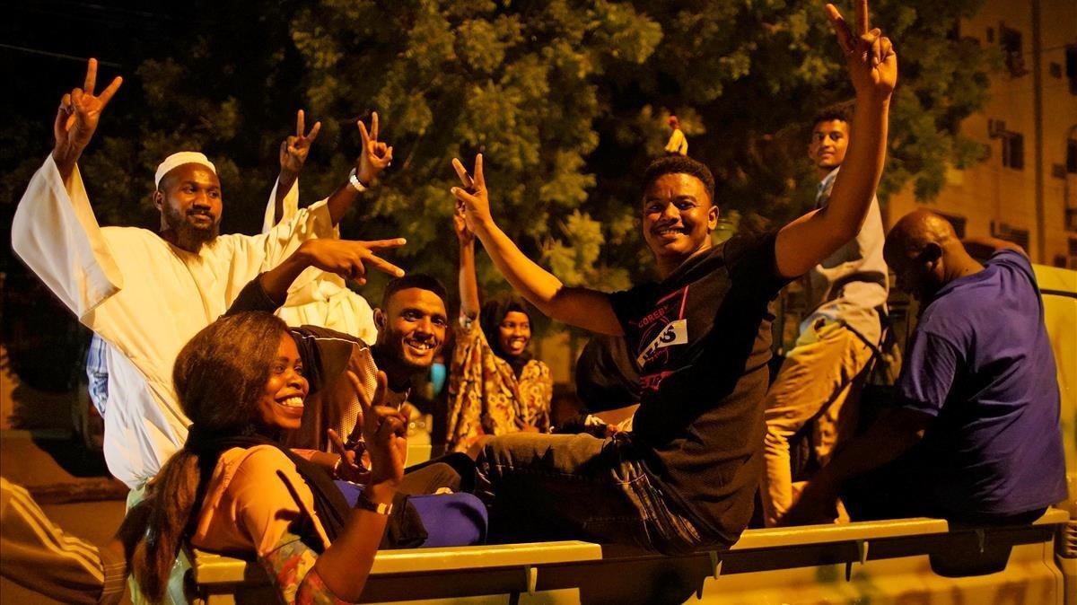 Ciudadanos de sudan manifiestan su alegría por la salida del ministro de Defesa como jefe de la junta militar que gobierna el país.
