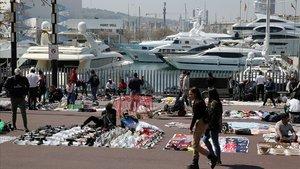 Barcelona col·locarà jardineres i xiringuitos per dissuadir els manters