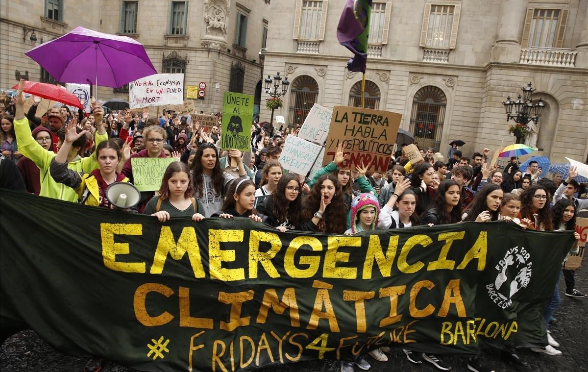 Manifestación por el centro de Barcelona, hasta la plaça Sant Jaume,de jóvenes activistas que se unen a una huelga global para exigir acciones sobre el cambio climático.