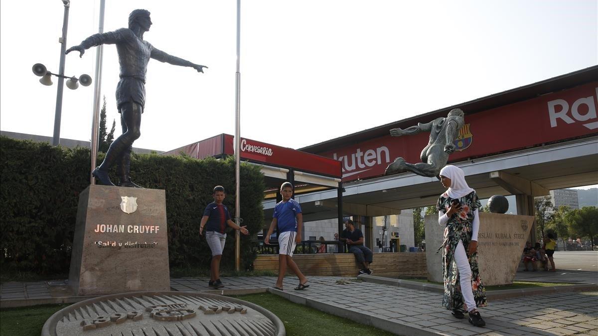 La estatua de Cruyff, junto a la de Kubala, en la explanada del Camp Nou.