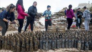 El celler destruït per la riuada del Francolí ven el vi tret del fang