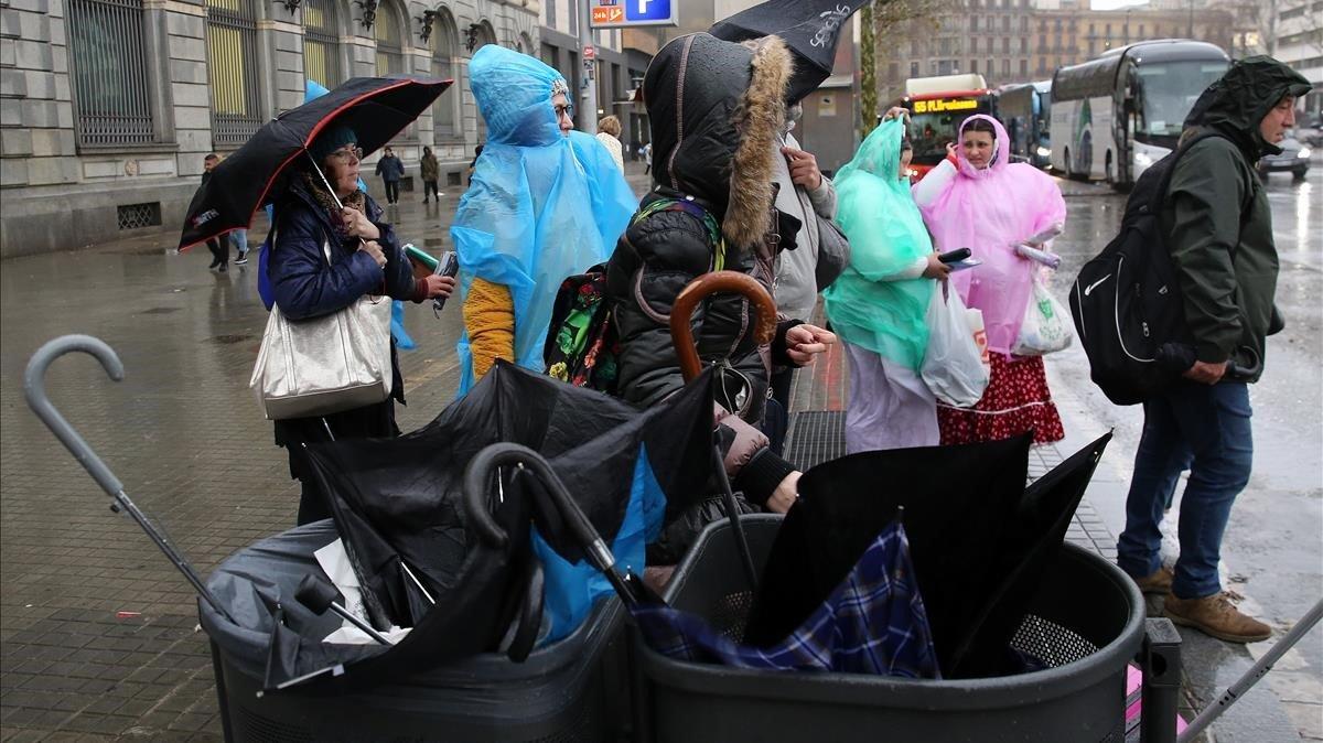 Paraguas rotos en las papeleras del centro de Barcelona