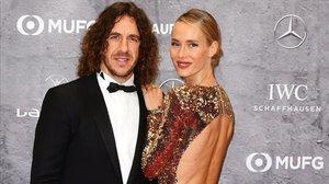 El exfutbolista Carles Puyol, con su esposa, Vanessa Lorenzo, en la alfombra roja de los premios Laureus, este lunes en Berlín.