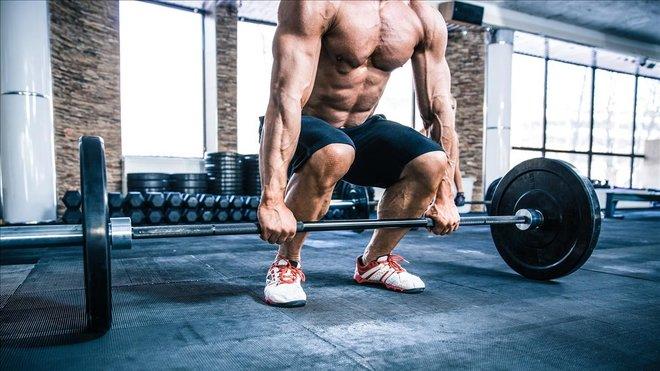 Una imagen de un cuerpo hipetrofiado en el gimnasio.