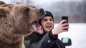 Una guia recorre a l'humor per evitar accidents mortals amb els 'selfies'