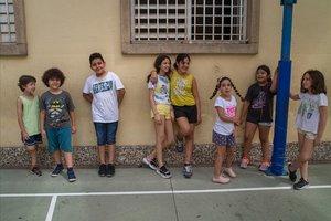 Niños en un 'casal' de verano en el colegio Octavio Paz de Barcelona, este lunes.