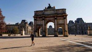 El Arcode Triumfo de París casi desierto, después que el Gobierno decretara el confinamiento.