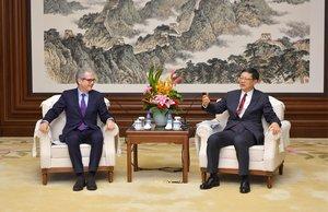 Pablo Isla, izquierda, y el alcalde Pekín, Jining Chen.