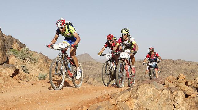 Algunos de los participantes de la Titan Desert 2015, durante la tercera etapa de la carrera
