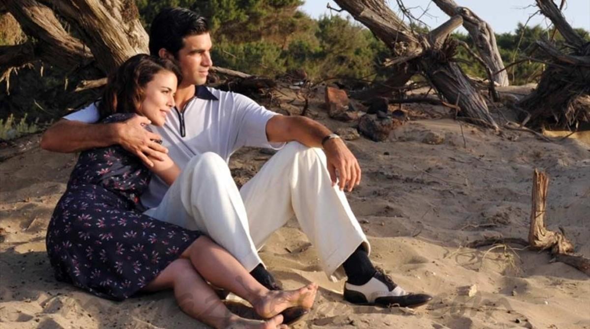 Adriana Ugarte y Rubén Cortada, en 'El tiempo entre costuras'