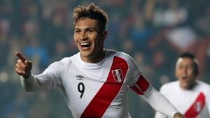 Paolo Guerrero celebra un gol para Perú ante Paraguay.