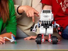 Unos niños participan en uno de los muchos talleres de robótica que se organizan en la ciudad.