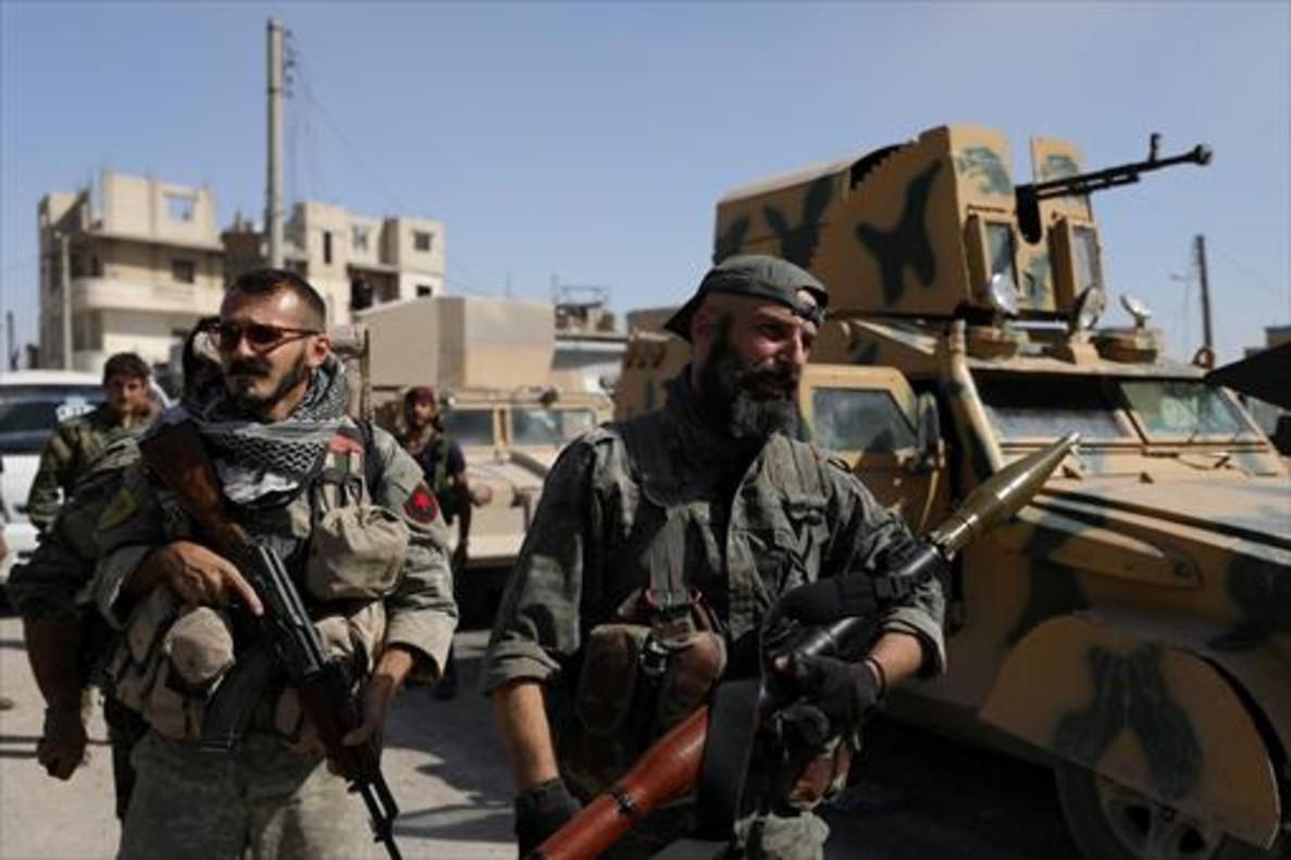 Dos miembros de las Fuerzas Democráticas de Siria (SDF), en la ciudad de Raqqa, el domingo.