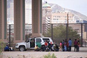 Inmigrantes centroamericanos son detenidos por la patrulla fronteriza estadounidense.
