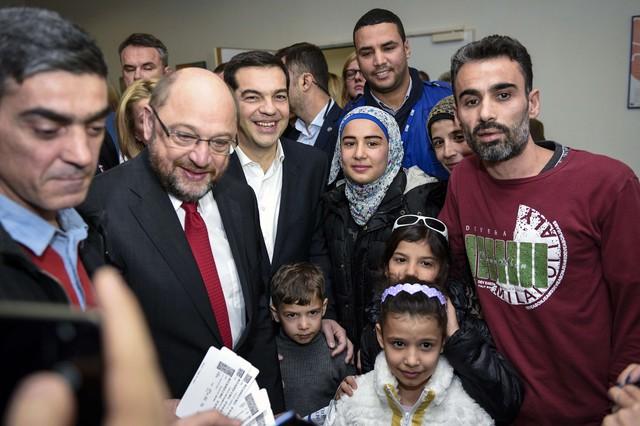 El presidente del Parlamento europeo, Martin Schulz, y el primer ministro griego, Alexis Tsipras, se hacen una foto con los refugiados trasladados a Luxemburgo.