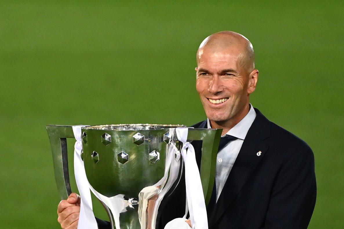 Zinedine Zidane posa con el trofeo de campeón de la Liga.