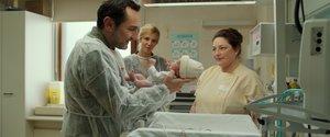 El padre de acogida conoce al bebé del que se ocupará.