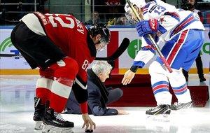 El accidentado saque inicial de Jose Mourinho en un partido de hockey sobre hielo