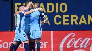 Aday y Choco Lozano felicitan a Stuani tras su gol al Villarreal.