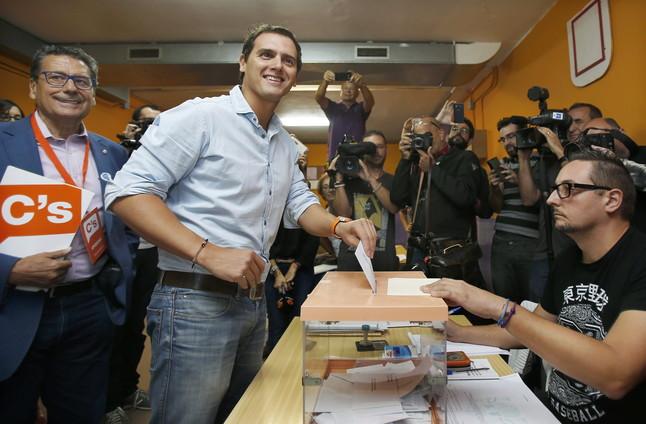 Albert Rivera diposita el seu vota al col·legi Santa Marta de l'Hospitalet de Llobregat.
