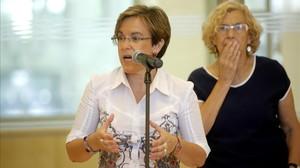 La alcaldesa de Madrid, Manuela Carmena, y la nueva portavoz del PSOE en el ayuntamiento, Purificación Causapié, este jueves, 6 de agosto.