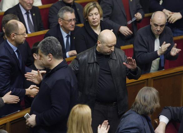 Aleksandr Turtxínov, al centre de la imatge, ha estat nomenat president en funcions dUcraïna.