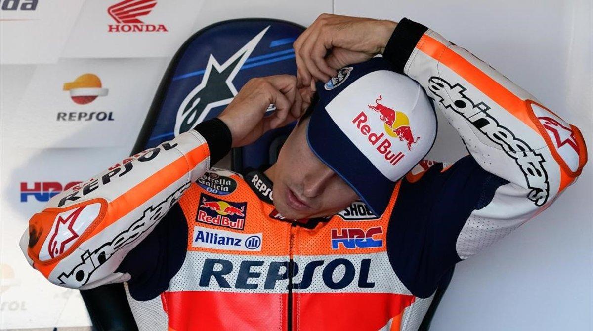 Álex Márquez se coloca los tapones de espuma en sus oídos, ayer, en Motorland.