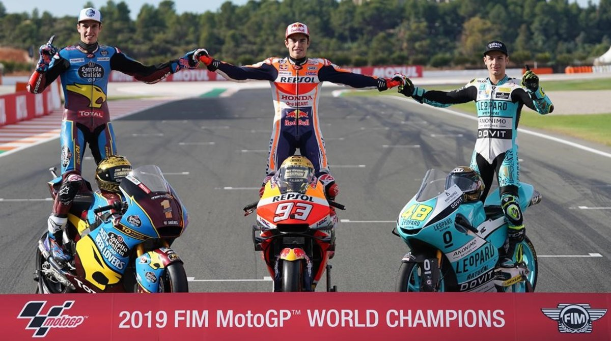 Àlex Márquez (Kalex, Moto2), Marc Márquez (Honda, MotoGP) y Lorenzo Dalla Porta (Honda, Moto3) han protagonizado,esta misma mañana, antes de las carreras, la foto de los campeones 2019.