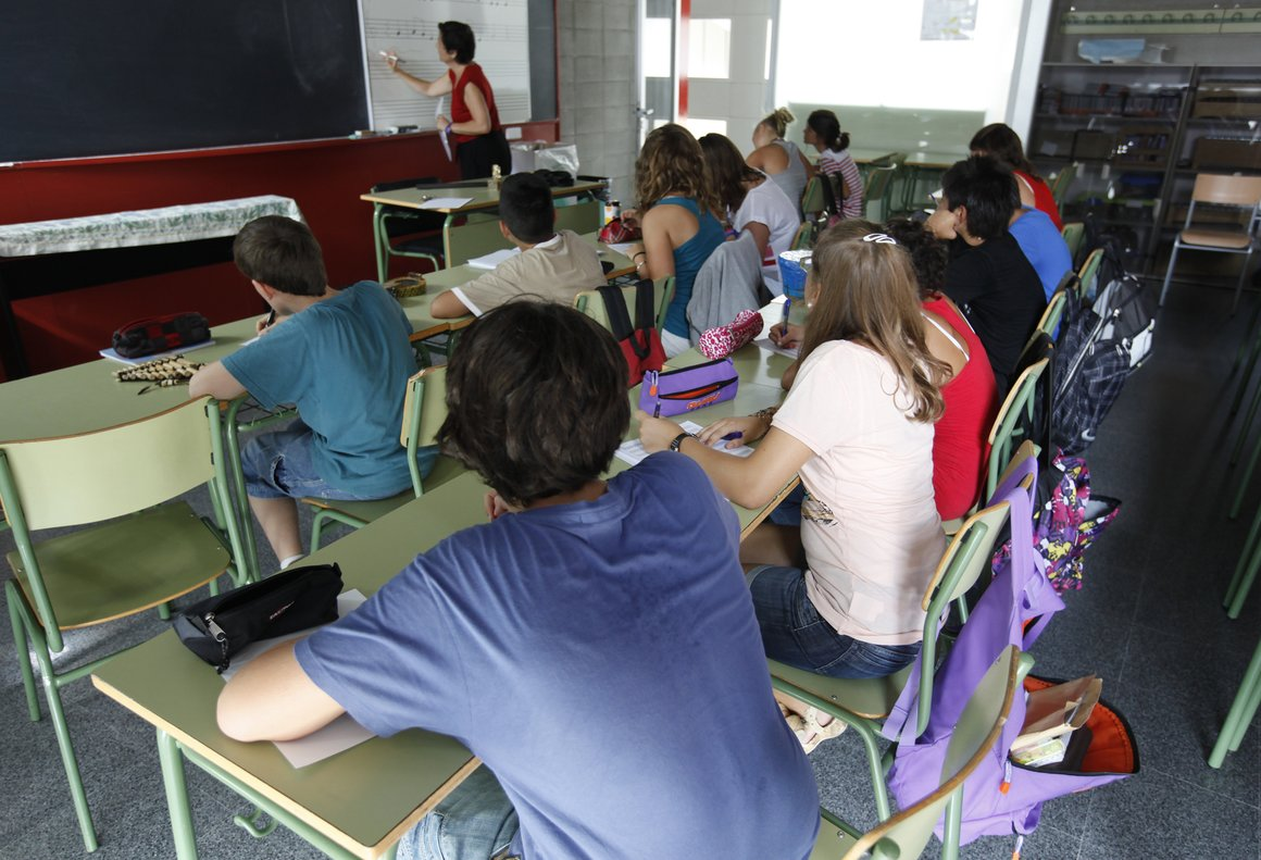 Alumnos asisten a clase en un instituto.