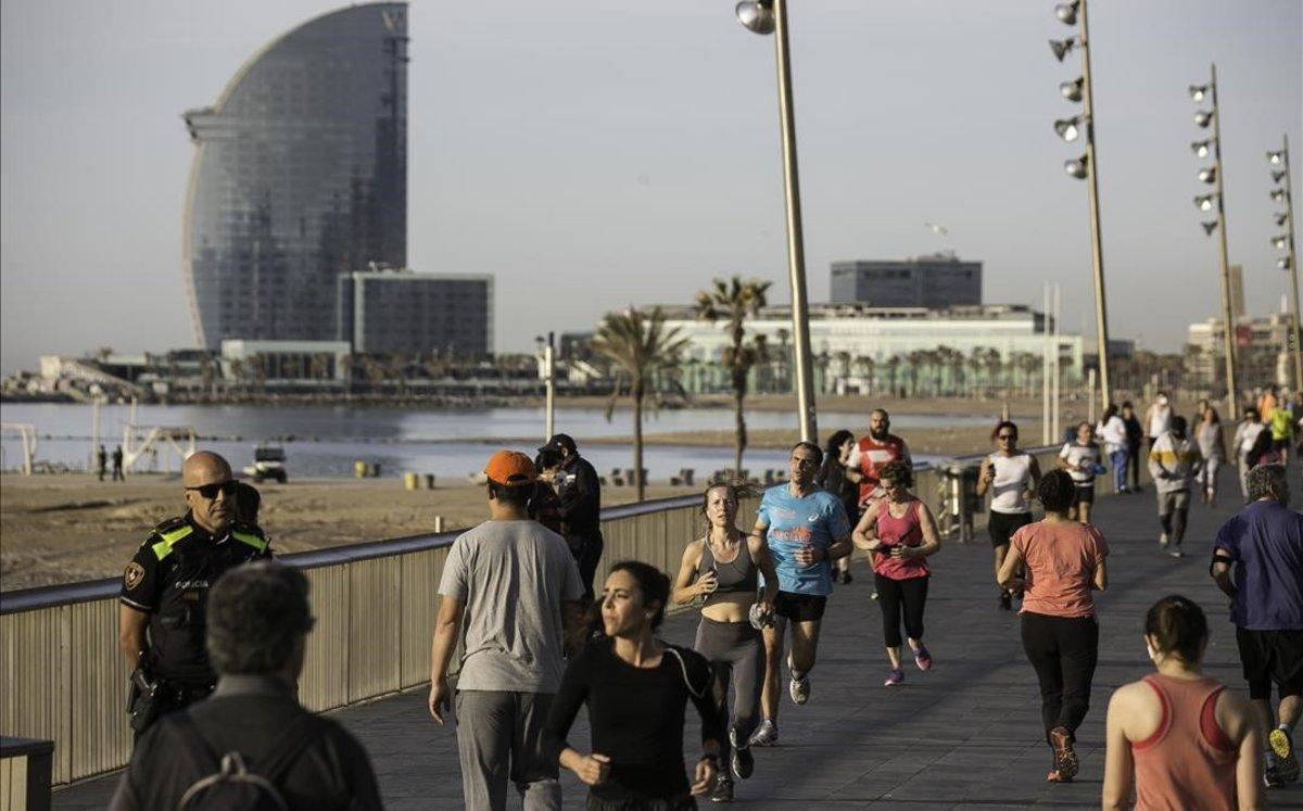 Ambiente en el paseo Marítimo de la Barceloneta, el domingo 3 de mayo.
