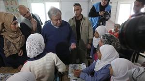 Antonio Guterres (centro), secretario general de la ONU, durante una visita al campo de refugiados de Zaatari (Jordania), el 28 de marzo.