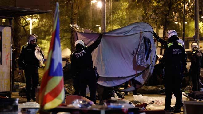 Así ha sido el desalojo de la acampada de plaza de Universitat de Barcelona.