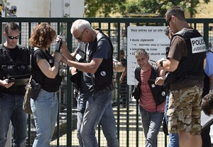 ATENTADO EN FRANCIA.Policías en la entrada de Air Products, la fábrica de gas donde se produjo el ataque terrorista.