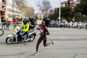 La atleta keniana Florence Kiplagat traza la ultima curva para recorrer los ultimos metros y establecer una nueva plusmarca mundial de medio maratón en Barcelona.