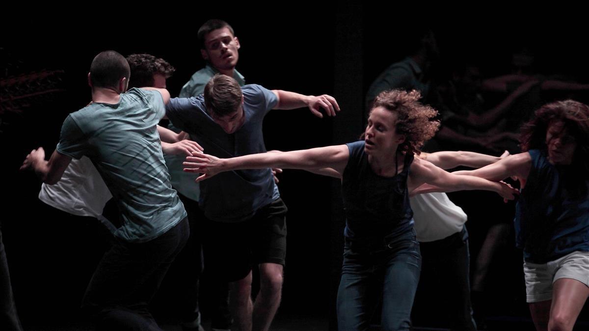 Un grupo de bailarines del Ballet du Nord en Auguri, de Olivier Dubois.