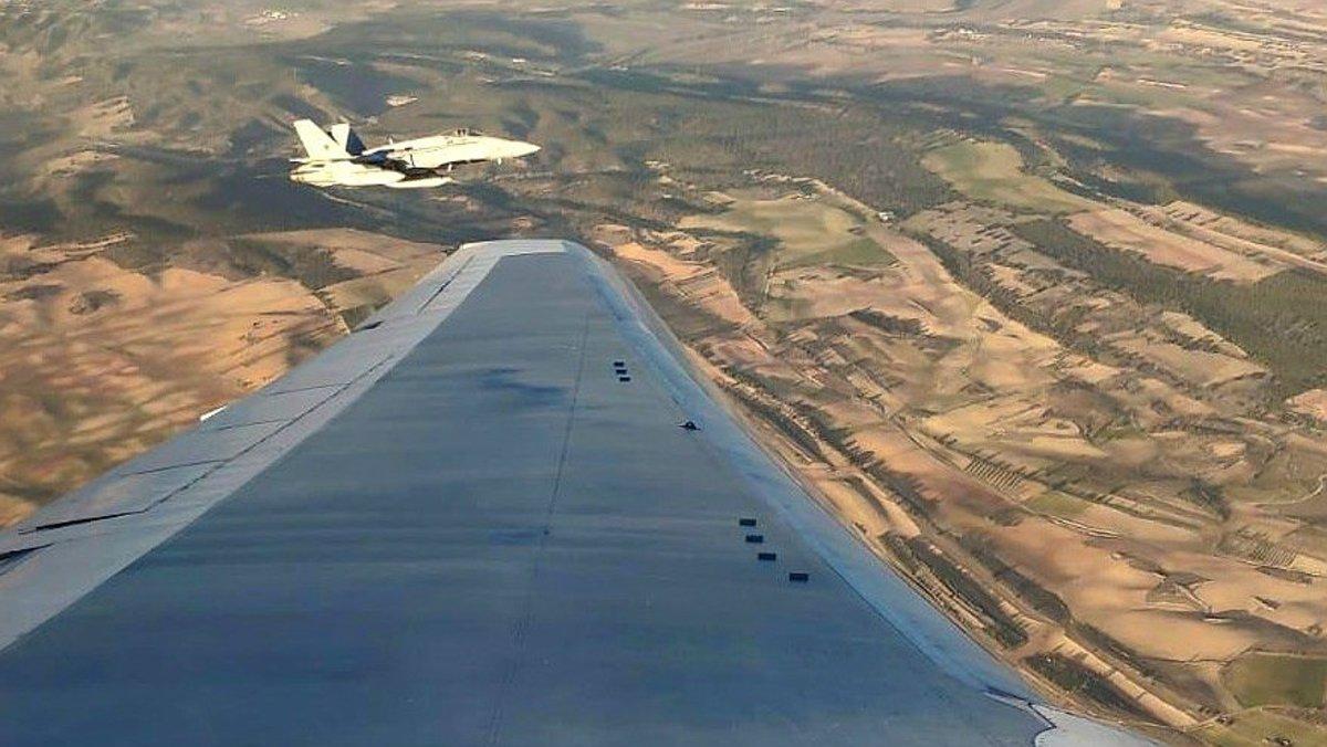 El avión Boeing 767, sobrevolando las inmediaciones de Barajas para realizar el aterrizaje de emergencia, este lunes.