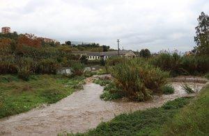 El Ayuntamiento cierra el paso al río Ripoll por el temporal de lluvia.