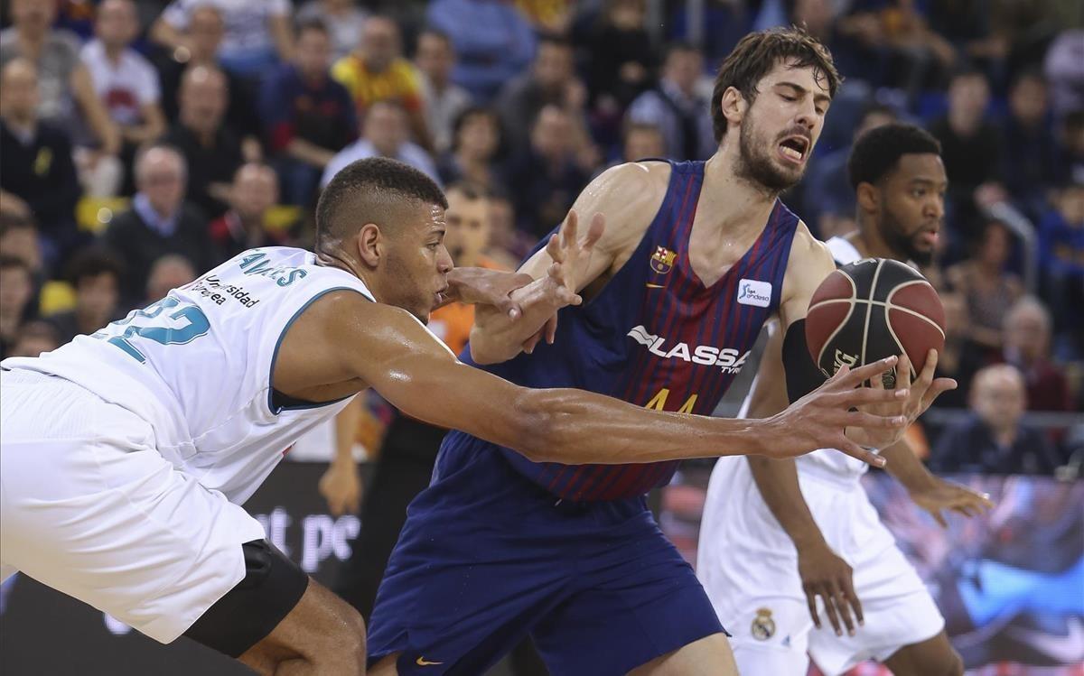 El azulgrana Tomic pelea con Tavares en una acción del partido