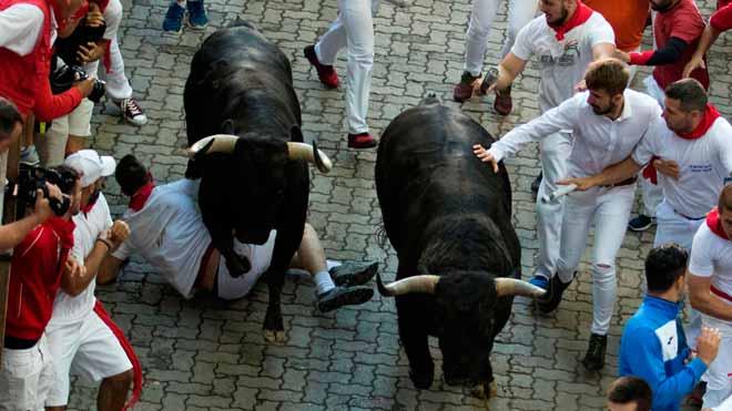 Emocionant cinquè 'encierro' de Sant Fermí amb un ferit de banya per un toro de Victoriano del Río