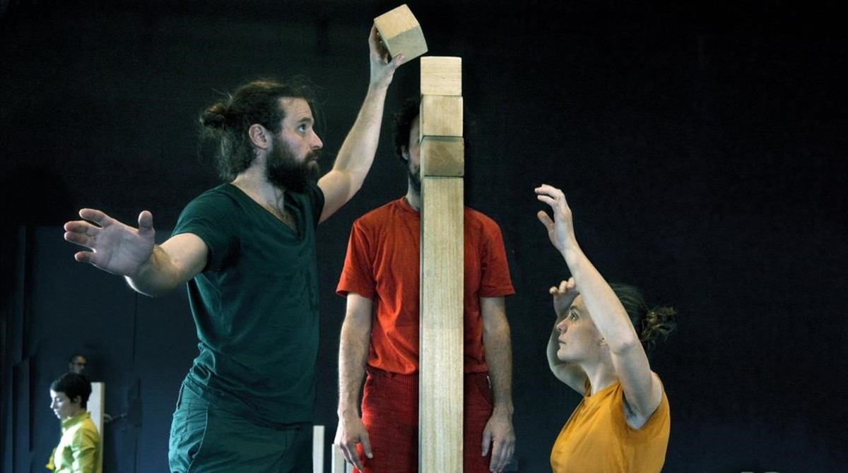 Varios intérpretes en un ensayo de Back Àbac, nuevo espectáculo familiar de Àngels Margarit.
