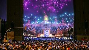 Los barceloneses llenaron la avenida Maria Cristina, para celebrar la llegada del Año Nuevo.