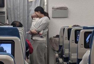 Una madre entrega 200 tapones de oídos a los pasajeros del avión donde viaja con su bebé