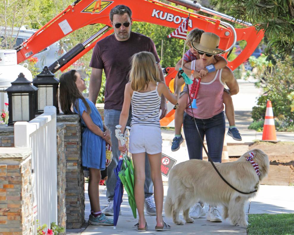 Ben Affleck y su exmujer, Jennifer Garner, con sus hijos enLos Angeles.