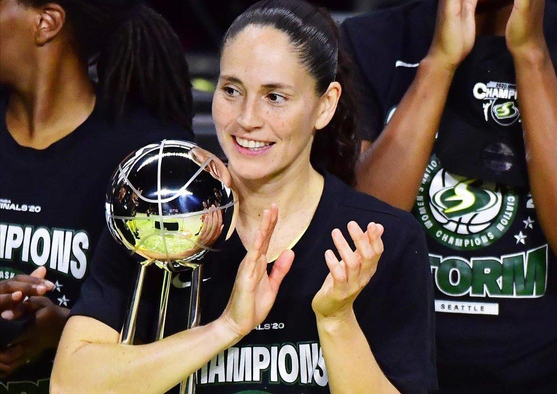 Bird sujeta el trofeo de campeona de la NBA logrado el pasado martes